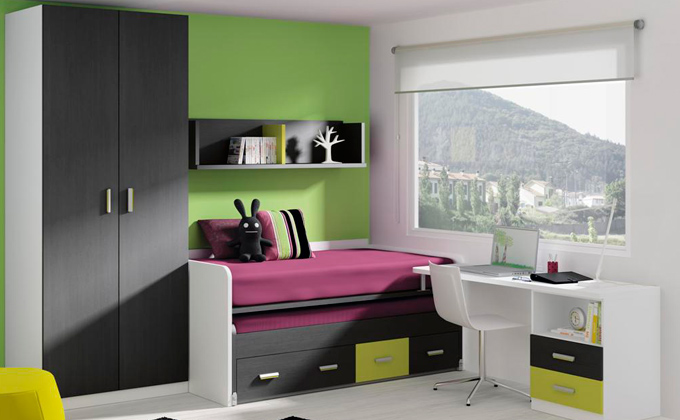 conjunto de dormitorio infantil con dos camas y mesa de estudios